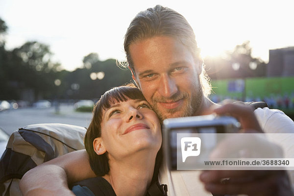 Ein junges Backpacker-Paar fotografiert sich selbst.