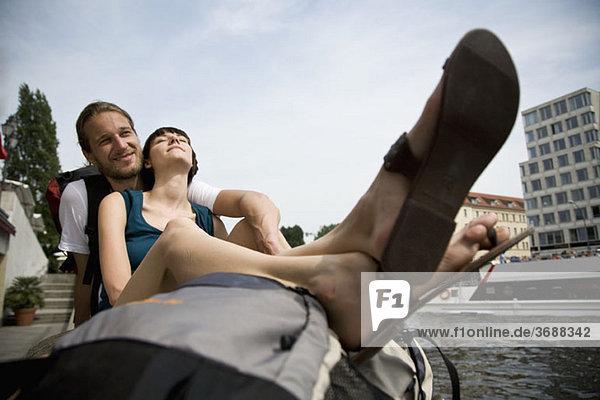 Ein junges Paar an der Spree  Berlin  Deutschland