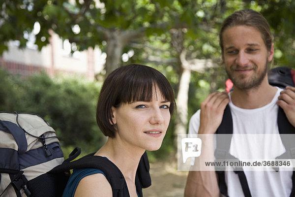 Eine Frau  die irritiert aussieht  während ihr Freund sie anlächelt  konzentriert sich auf die Frau.