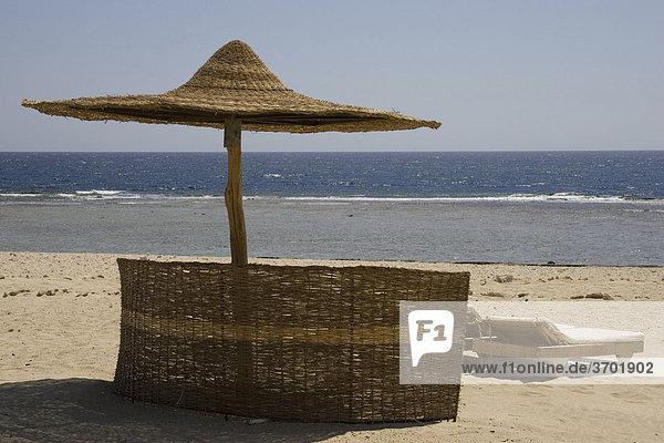 Ein Sonnenschirm am Strand des Roten Meeres von Marsa Alam  Ägypten  Afrika