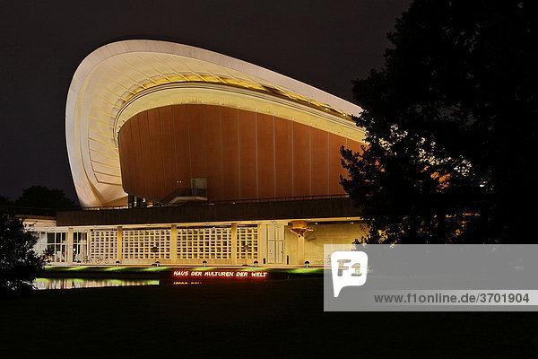 Haus der Kulturen der Welt  Kongresshalle  auch Schwangere Auster  Nachtaufnahme  Berlin  Deutschland  Europa