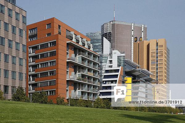 Die Linkstraße am Potsdamer Platz mit Gebäuden von DaimlerChrysler  Berlin  Deutschland  Europa