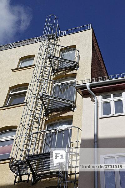Eine Feuerleiter an einem Erfurter Wohnhaus  Thüringen  Deutschland  Europa