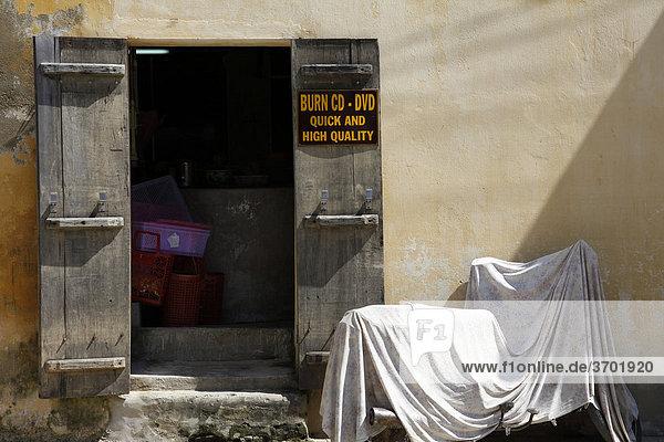 Ein Laden zum Brennen von CDs und DVDs in Hoi An  Vietnam  Südostasien