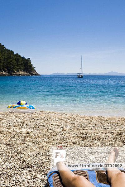 Frau relaxt am Strand  Insel Korcula  Dubrovnik Neretva  Dalmatien  Kroatien  Europa