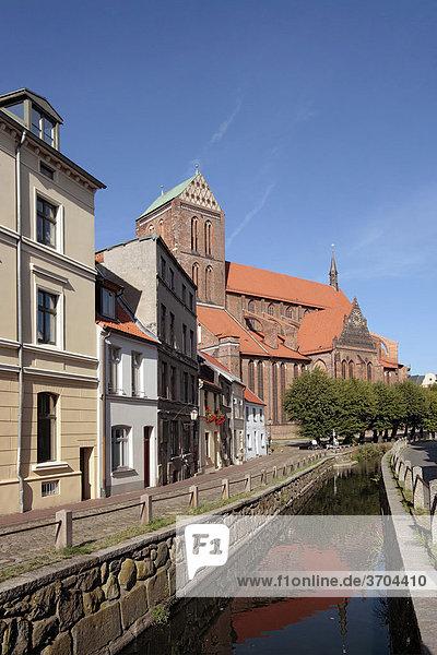 Historische Häuserzeile Frische Grube und Kirche Sankt Nikolai  Hansestadt Wismar  UNESCO Welterbe  Mecklenburg-Vorpommern  Deutschland  Europa