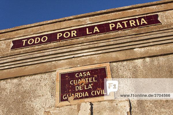 Ruine einer alten Wache der Guardia Civil mit der spanischen Aufschrift für Alles für das Vaterland  Andalusien  Spanien  Europa