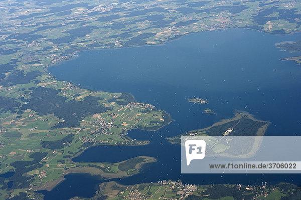 Luftaufnahme  Blick auf Chiemsee  Oberbayern  Bayern  Deutschland  Europa