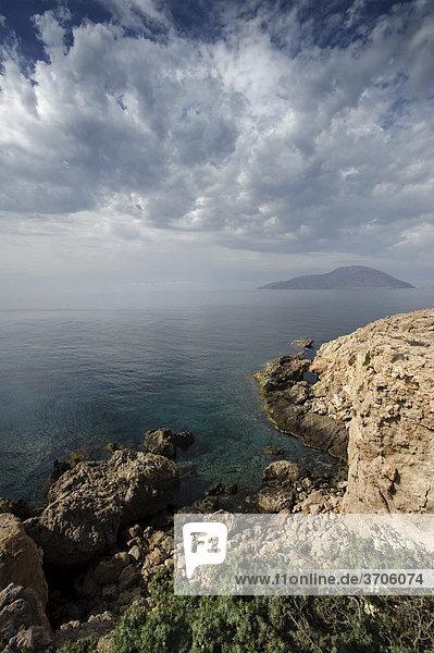 Blick auf die Insel Kassos  Südküste der Insel Karpathos  Ägäische Inseln  Ägäis  Dodekanes  Griechenland  Europa