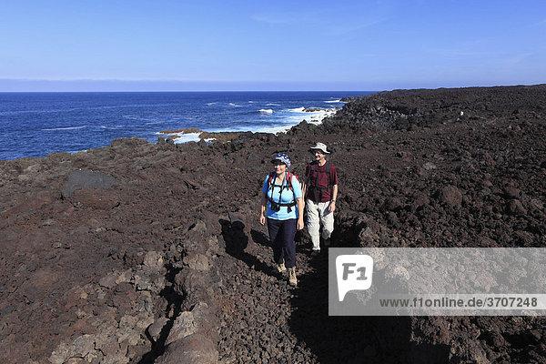 Wanderer an Küste im Nationalpark Timanfaya  Lanzarote  Kanaren  Kanarische Inseln  Spanien  Europa