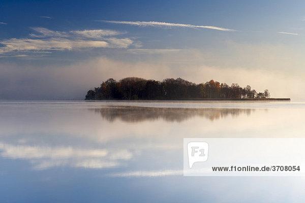 Insel im Wörthsee bei Sonnenaufgang  Oberbayern  Deutschland  Europa