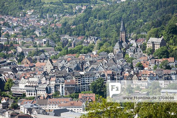 Blick auf Marburg an der Lahn mit der Altstadt  hinten die Lutherkirche  Marburg  Hessen  Deutschland  Europa