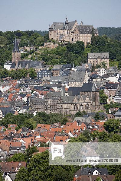 Blick auf Marburg an der Lahn mit der Altstadt  hinten das Landgrafenschloss  Universitätsmuseum für Kulturgeschichte  Lutherkirche  Alte Universität und Universitätskirche  Marburg  Hessen  Deutschland  Europa