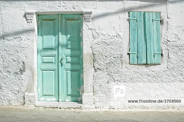 Haustüre und Fenstern, Fassadendetail eines traditionellen griechischen Wohnhauses auf Kreta, Griechenland, Europa