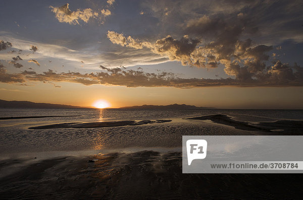 Sonnenuntergang am Great Salt Lake  Salt Lake City  Utah  USA
