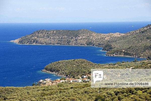 Kleines Fischerdorf an Küste mit vielen Buchten  Olivenhaine  Skala Sikaminea  Insel Lesbos  Ägäis  Griechenland  Europa