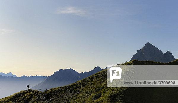 Bergsteigerin vor Bergkamm im Morgenlicht  Hinterhornbach  Lechtal  Außerfern  Tirol  Österreich  Europa