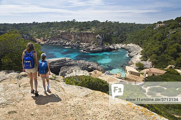 Mutter und Tochter wandern zur Bucht Cala s'Almonia  Mallorca  Balearen  Mittelmeer  Spanien  Europa