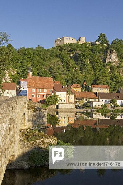 Kallmünz am Zusammenfluss von Naab und Vils Oberpfalz Bayern Deutschland Naabbrücke Rathaus und Burgruine