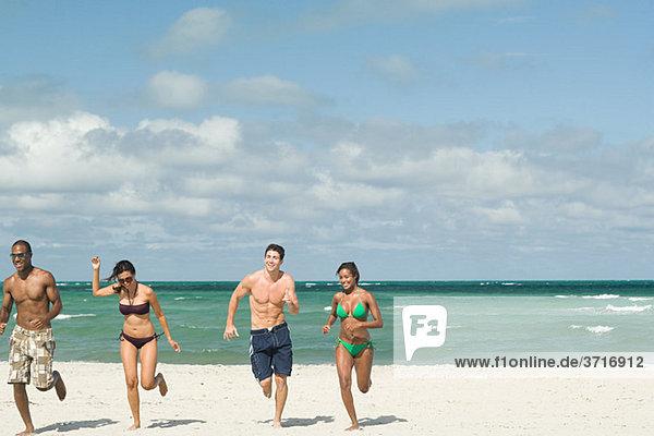 Freunde beim Laufen am Strand