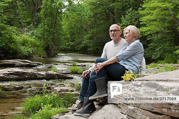 Reife Paare im Freien in der ländlichen Szene