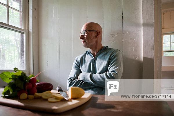 älterer Mann essen vorbereiten