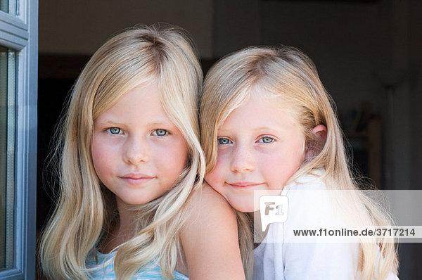 Blonde Zwillingsmädchen  Portrait