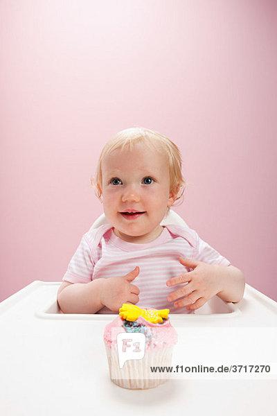 Kleines Mädchen mit Muffin