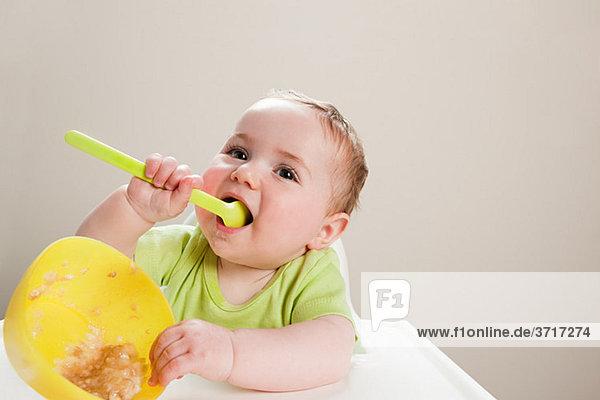 Babyboy mit Schale mit Babynahrung