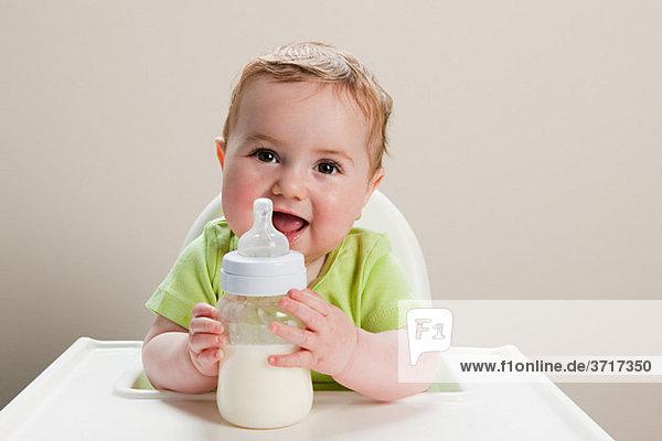 Junge mit Milchflasche