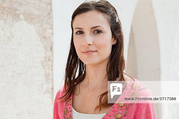 Junge Frau mit braunen Haaren  Portrait