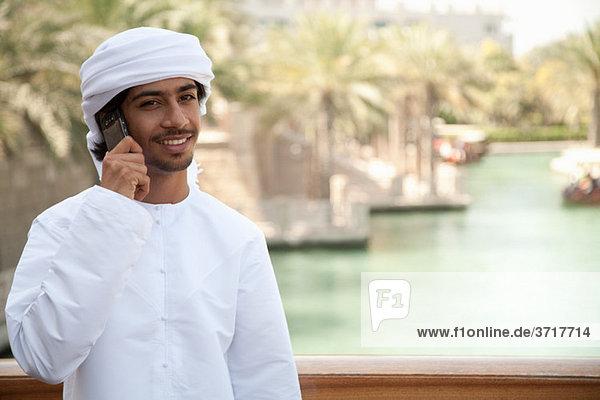 Nahöstlichen Mann mit Mobiltelefon