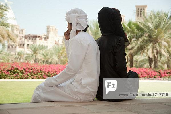 Menschen aus dem Nahen Osten sitzen Seite an Seite