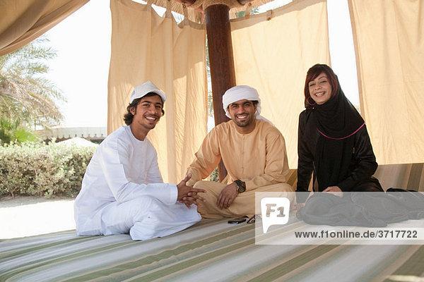 Menschen aus dem Nahen Osten schauen in die Kamera