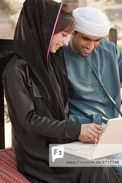 Naher Osten Menschen mit Laptop