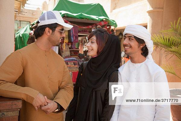 Menschen im mittleren Osten zusammen