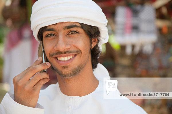 Mann aus dem Nahen Osten mit dem Handy