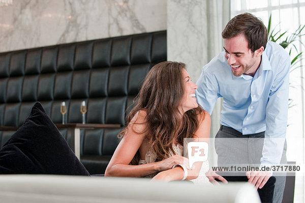 Junges Paar lacht am Esstisch