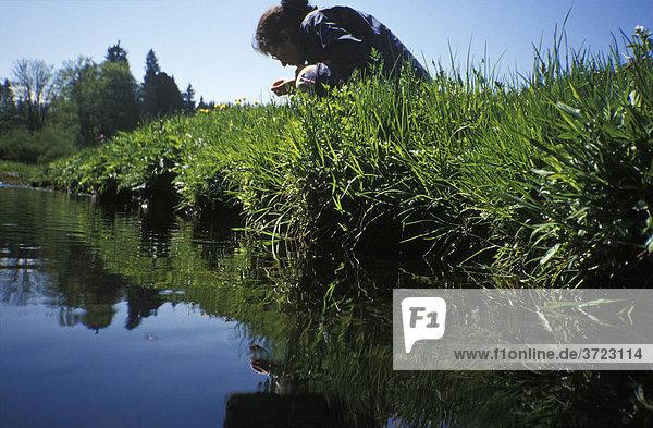 Frau erforscht Wiesenbach Oberbayern