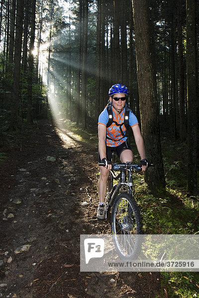 Mountainbiker bei Downhill im Wald  Steiermark  Österreich