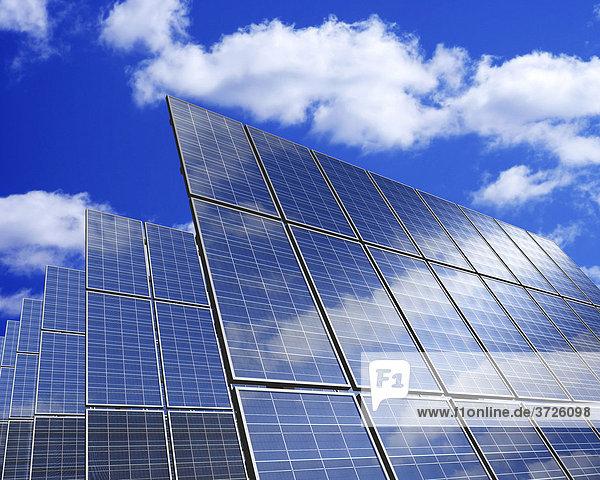 Solar-Panele vor blauem Himmel