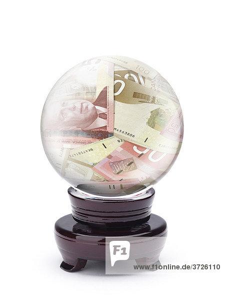 Kristallkugel mit kanadischen Dollar