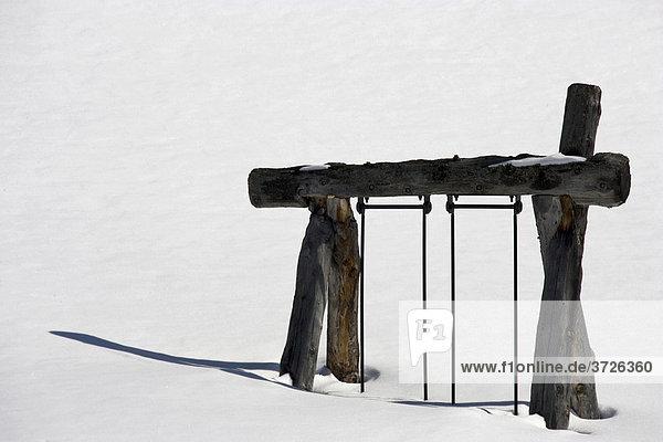 Ein eingeschneiter Spielplatz im Zillertal  Österreich