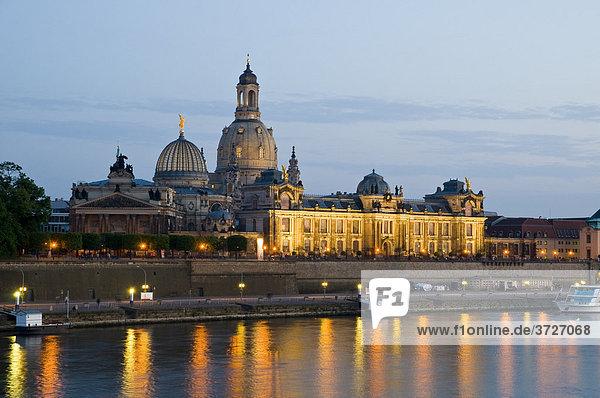 Blick über die Elbe auf barocke Altstadt bei Dämmerung  historische Kulisse mit Kuppel der Frauenkirche  Brühlsche Terrasse  Dresden  Sachsen  Deutschland