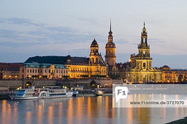 Blick über die Elbe auf barocke Altstadt bei Dämmerung  historische Kulisse  Brühlsche Terrasse  Dresden  Sachsen  Deutschland