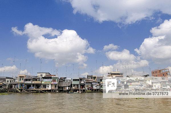 Wohnhäuser und Geschäfte mit vielen Fernsehantennen am Hausdach am Ufer des Mekong Fluß  Mekongdelta  Vietnam  Asien
