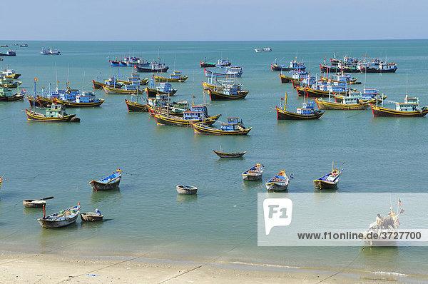 Fischerboote am Strand  Meer bei Mui Ne  Vietnam  Asien