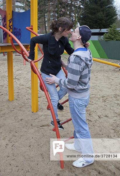 Zwei küssende Teenager  Jugendliebe