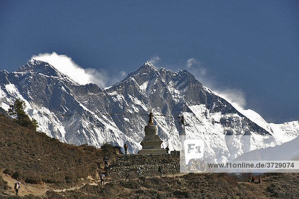 Stupa vor Felswand des Mt Everest  8848 m  und Lhotse  8516 m  Solokhumbu  Nepal  Asien