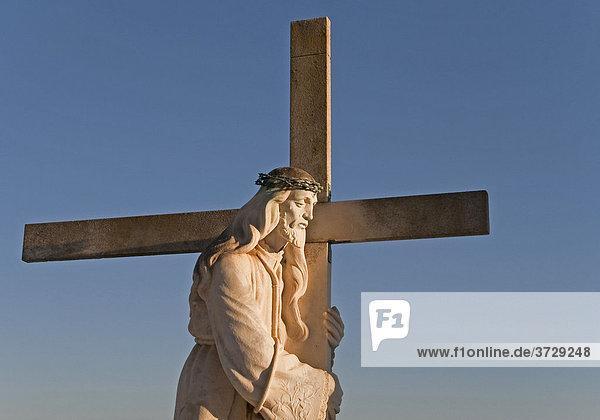 Grabkreuz auf einem Friedhof in Andalusien  Spanien  Europa
